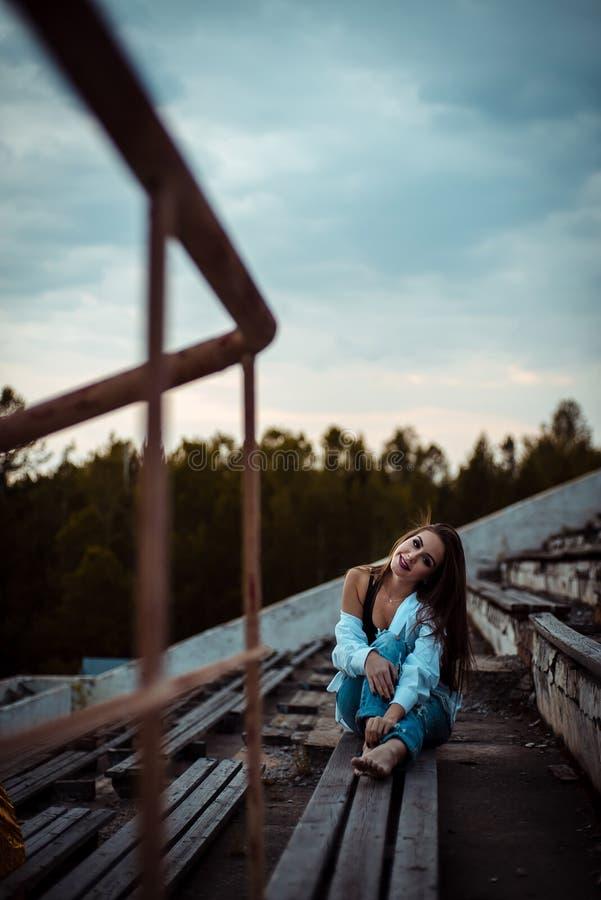 Sueño que se sienta de la mujer y relajación Puesta del sol Verano outdoor fotos de archivo libres de regalías