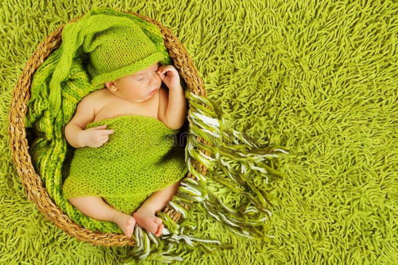 Sueño recién nacido del bebé, muchacho infantil durmiente hermoso del niño, verde foto de archivo libre de regalías