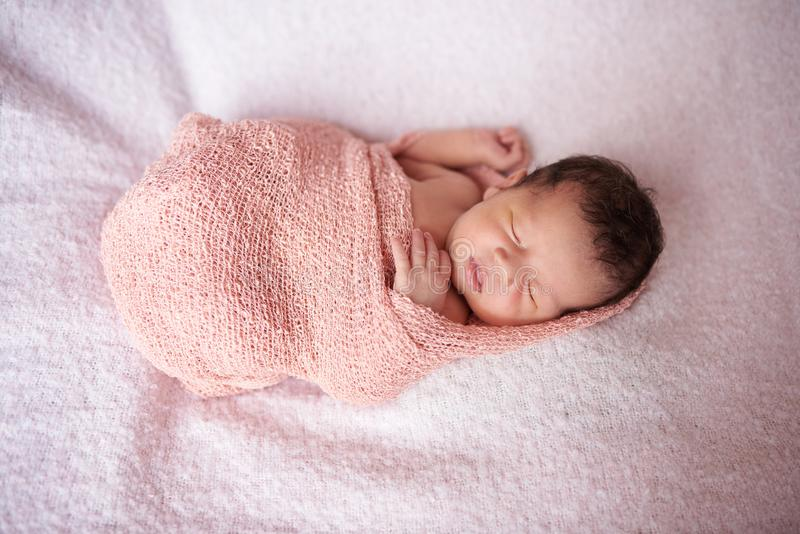Sueño recién nacido en abrigo del paño foto de archivo libre de regalías
