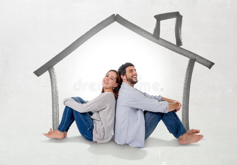 Sueño y proyección de imagen jovenes de los pares su nueva casa en concepto de los bienes inmuebles imagenes de archivo