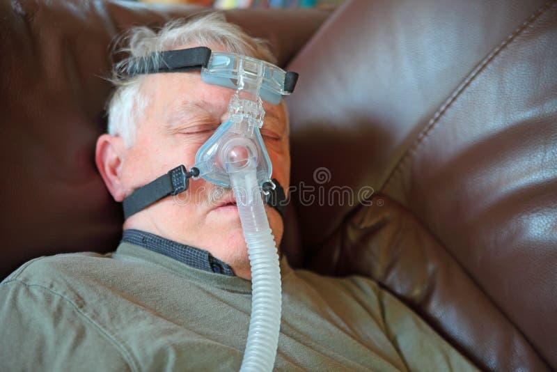 Sueños de un más viejo hombre que llevan el dispositivo de CPAP imágenes de archivo libres de regalías