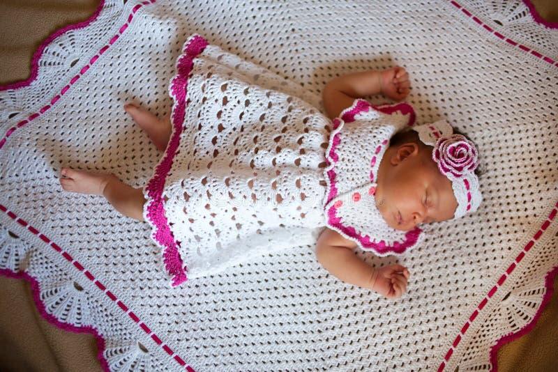 Sueños recién nacidos minúsculos preciosos del bebé del mulato imágenes de archivo libres de regalías