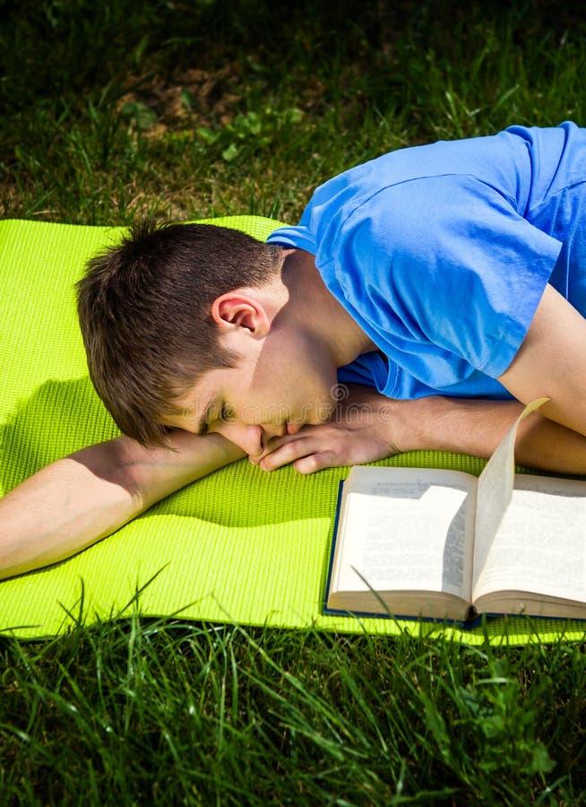Sue?o del hombre joven con un libro fotos de archivo libres de regalías