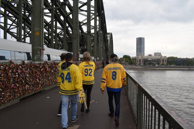 Sueco 2017 fams del hockey sobre hielo en el puente de Hohenzollern en Colonia imagen de archivo libre de regalías