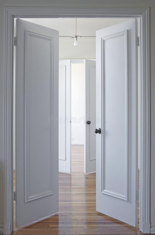 Suelo blanco de la puerta y de madera dura imagenes de archivo