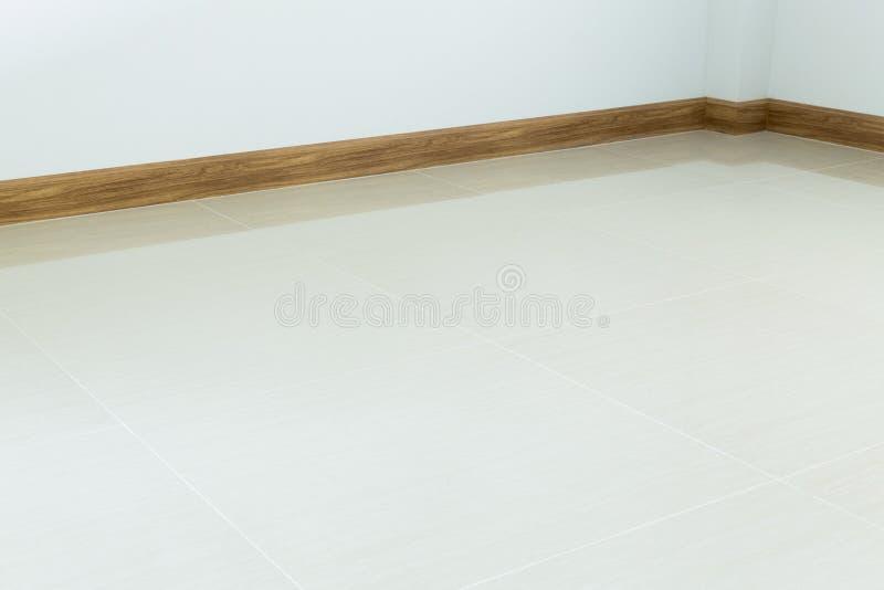 Suelo de baldosas interior, blanco del sitio vacío y pared blanca del mortero fotos de archivo libres de regalías