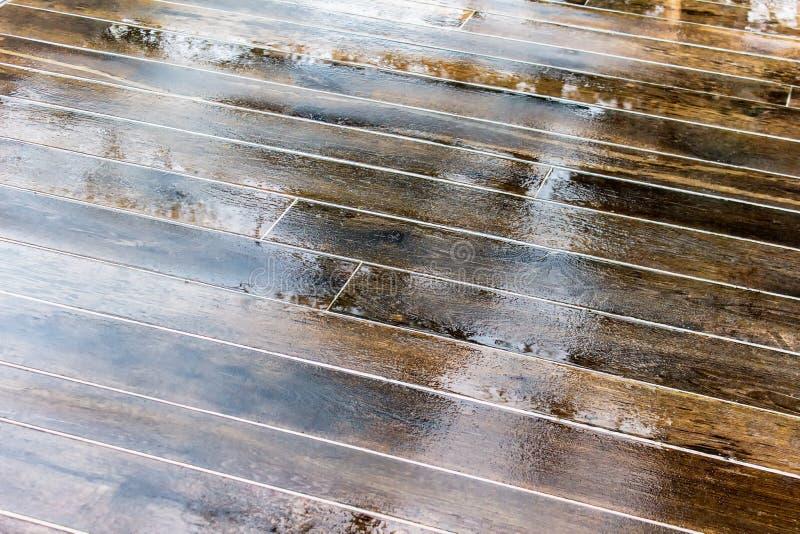 Suelo de madera mojado fotos de archivo