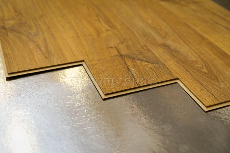 Suelo - instalación de suelo laminado en el suelo de aluminio imagen de archivo