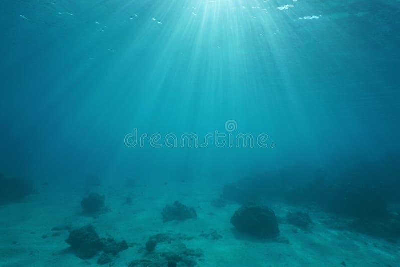 Suelo marino con luz del sol a través de la superficie del agua foto de archivo