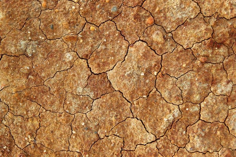 Suelo pedregoso marrón agrietado seco imagenes de archivo