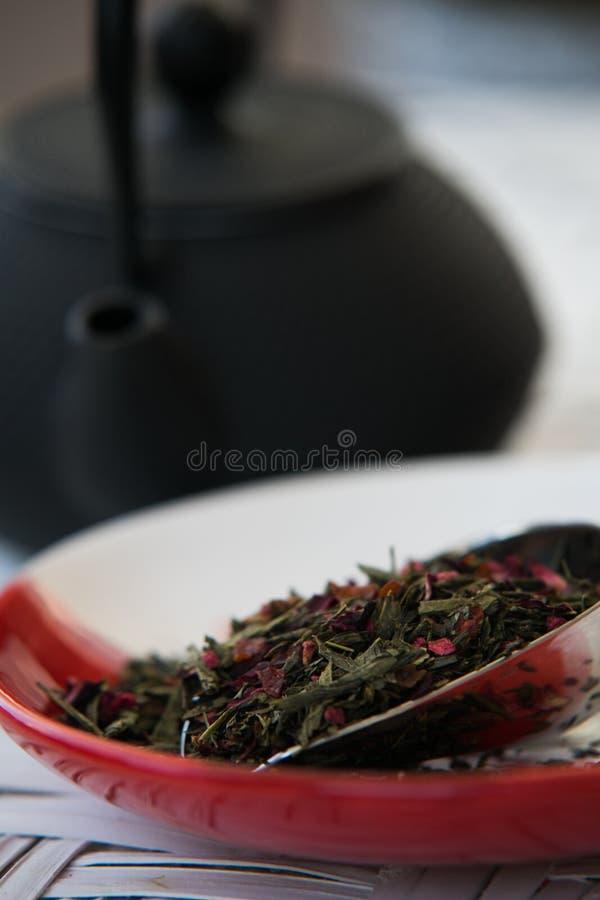 Suelte el té que espera para ser servido con la agua caliente foto de archivo