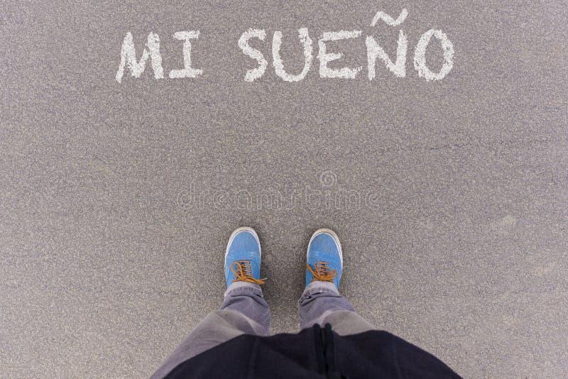 Sueno de MI, texte espagnol pour mon texte rêveur sur l'au sol d'asphalte, pieds photographie stock libre de droits