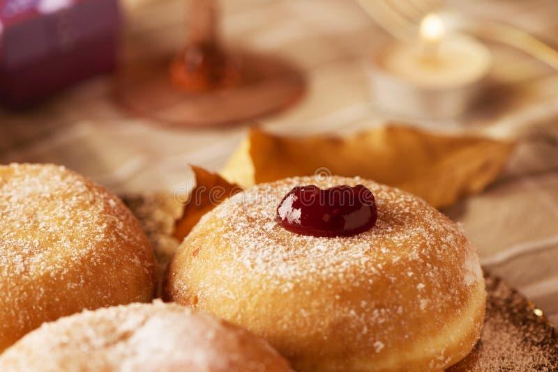 Sufganiyot, Joodse die donuts met aardbeigelei wordt gevuld stock foto's
