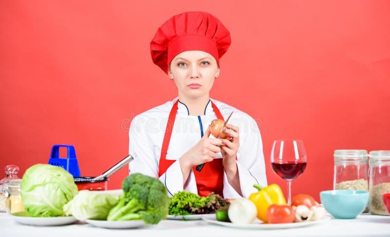 Sufra sino guardar el hacer Cocinero del ama de casa que llora mientras que corta la cebolla Cebolla de la rebanada y de la tajad fotografía de archivo