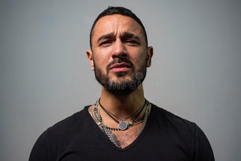 sufra y espere cuidado de la barba del hombre sin afeitar griter?o machista del hombre hombre atractivo con los rasgones en cara  fotos de archivo