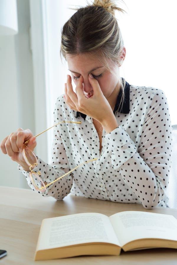 Sufrimiento con exceso de trabajo de la empresaria del dolor de cabeza y pensamiento de cómo terminar el trabajo en la oficina fotos de archivo libres de regalías