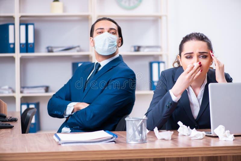 Sufrimiento de dos empleados en el lugar de trabajo imagen de archivo libre de regalías