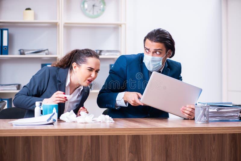 Sufrimiento de dos empleados en el lugar de trabajo imágenes de archivo libres de regalías