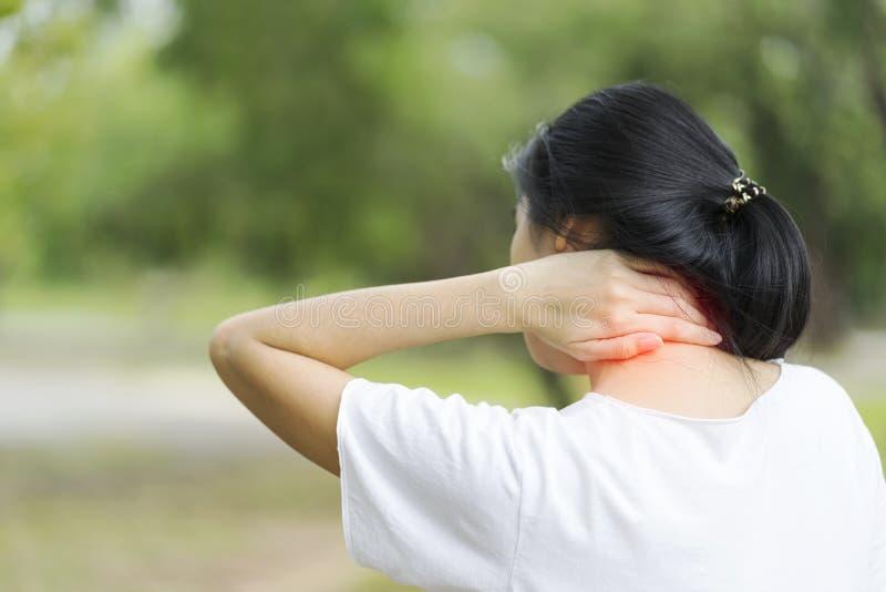 Sufrimiento de la mujer joven del dolor de cuello, concepto de la salud fotografía de archivo libre de regalías