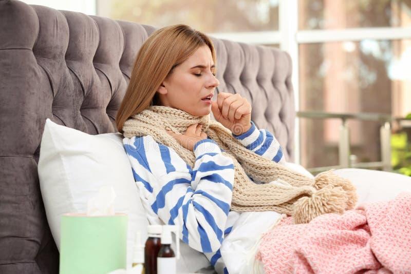 Sufrimiento de la mujer de la tos y del frío imagenes de archivo