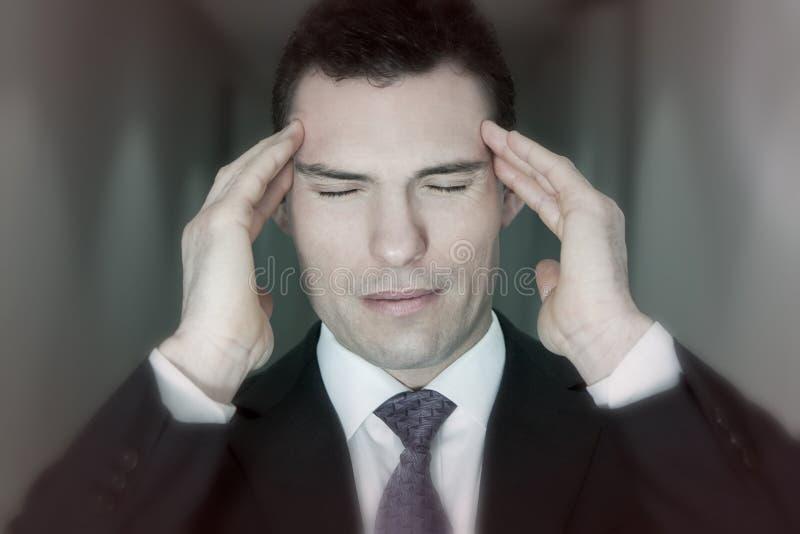 Sufrimiento del hombre de negocios del dolor de cabeza de la jaqueca de la tensión fotos de archivo