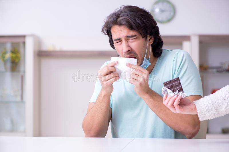 Sufrimiento del hombre joven de la alergia imágenes de archivo libres de regalías