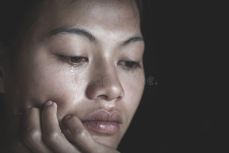 Sufrimiento deprimido triste de la mujer y a partir de la vida familiar mujeres que se sientan en sitio oscuro y que lloran, muje foto de archivo libre de regalías