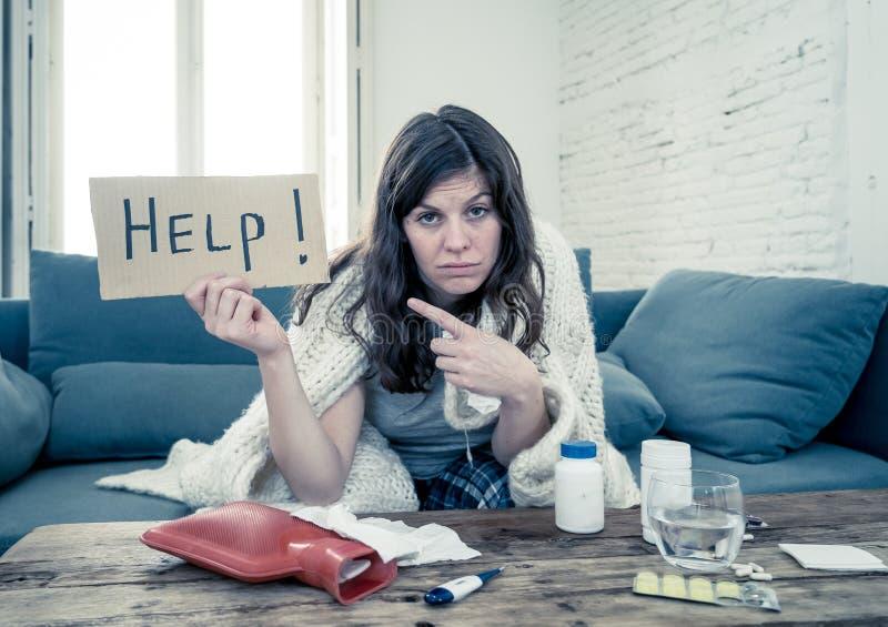 Sufrimiento enfermo de la mujer de pedir tremendo de la sensaci?n fr?a ayuda fotografía de archivo libre de regalías
