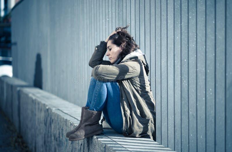 Sufrimiento gritador de la mujer atractiva joven de la sentada de la depresi?n foto de archivo libre de regalías