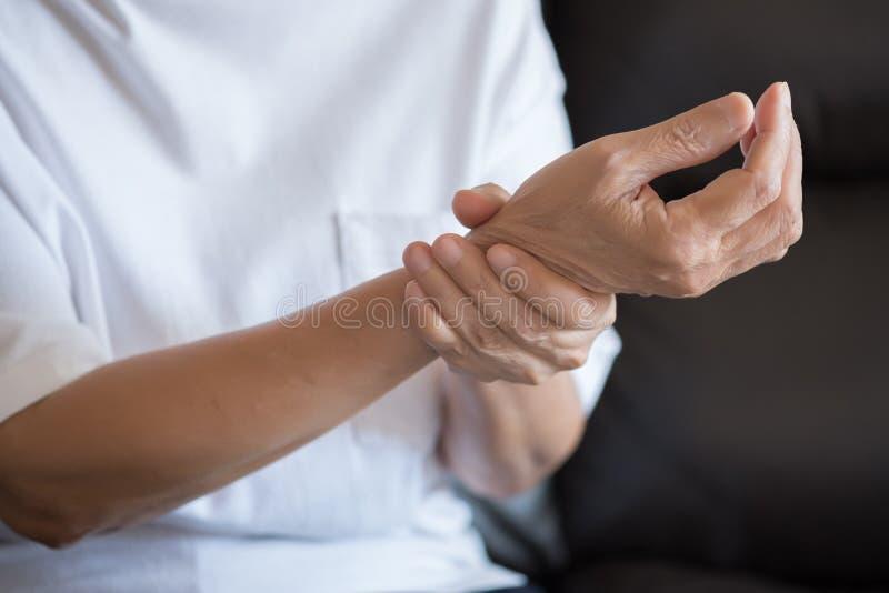 Sufrimiento mayor de la mujer del dolor de la artritis reumatoide fotos de archivo