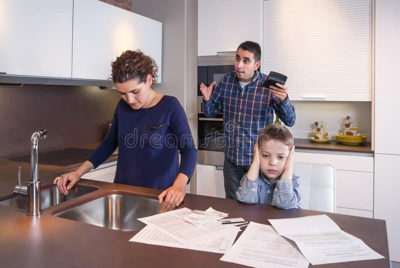 Sufrimiento preocupante de la madre mientras que grito del padre imagenes de archivo