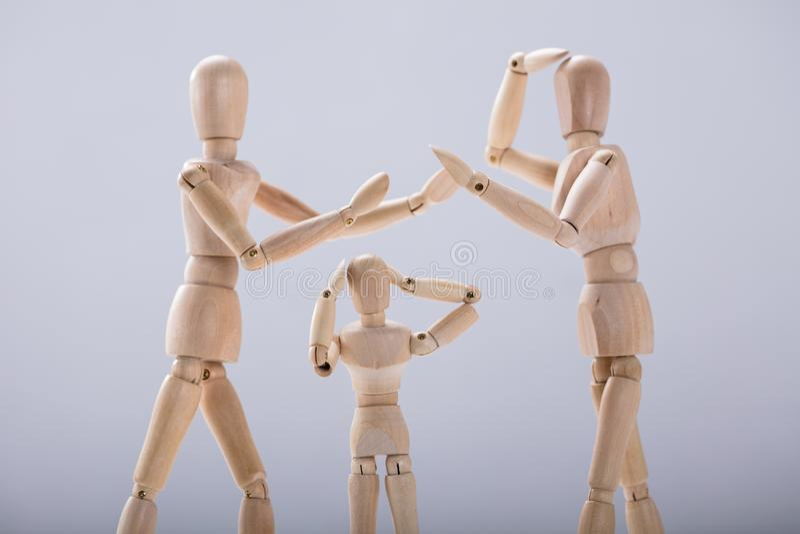 Sufrimiento simulado del niño de peleas entre los padres fotos de archivo libres de regalías