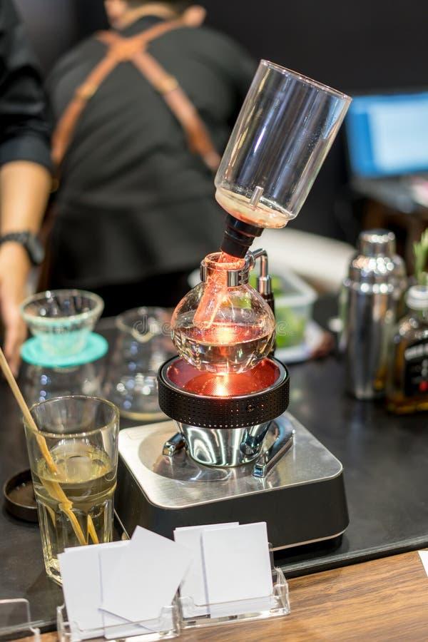 Suga upp genom hävert kaffe som bryggar för varm espresso i coffee shop royaltyfri fotografi