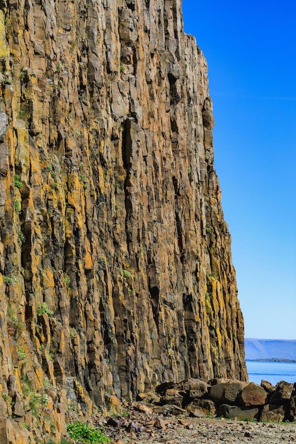 Sugandisey l'isola del basalto vicino a stykkisholmur Islanda fotografie stock libere da diritti