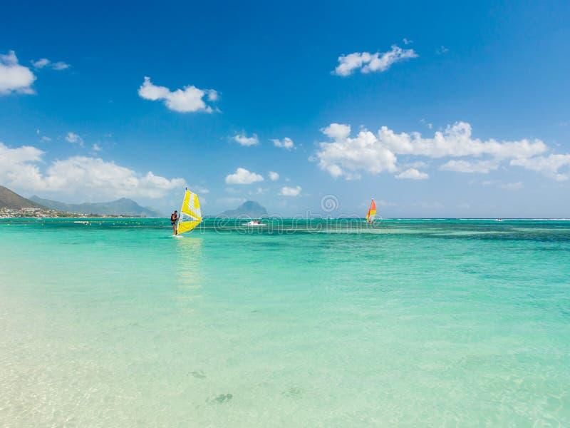 Sugar Beach Resort Mauritius que practica surf foto de archivo