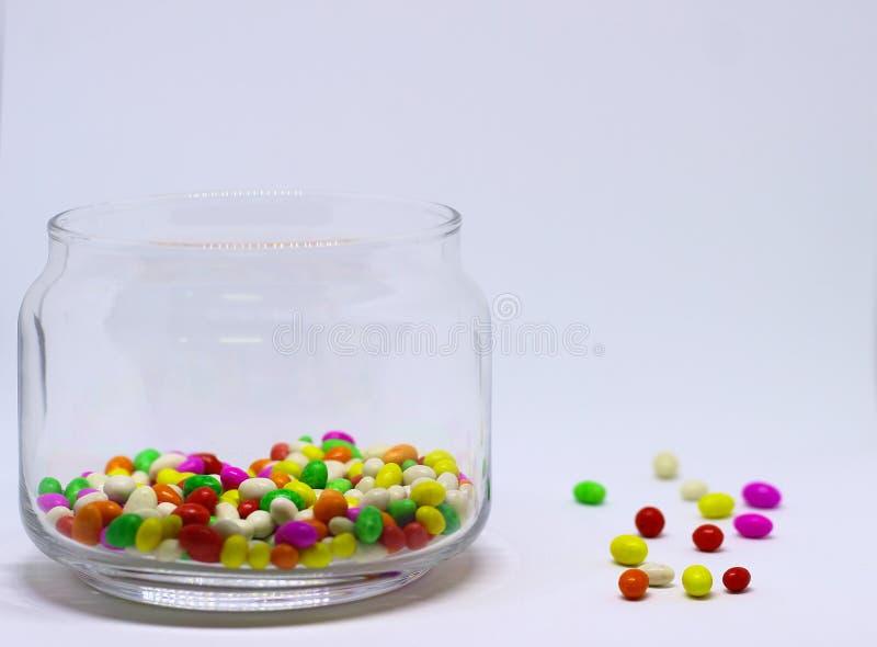 Sugar Candy In Glass Container coloreado múltiplo en el fondo blanco fotografía de archivo