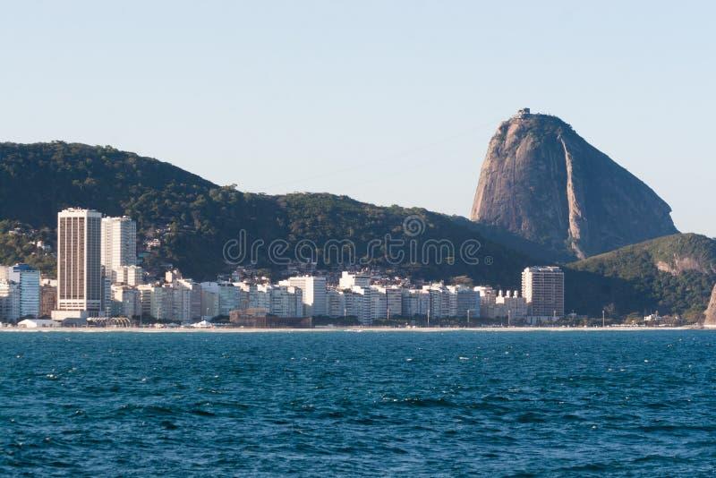 Sugar Loaf et plage de Copacabana image stock