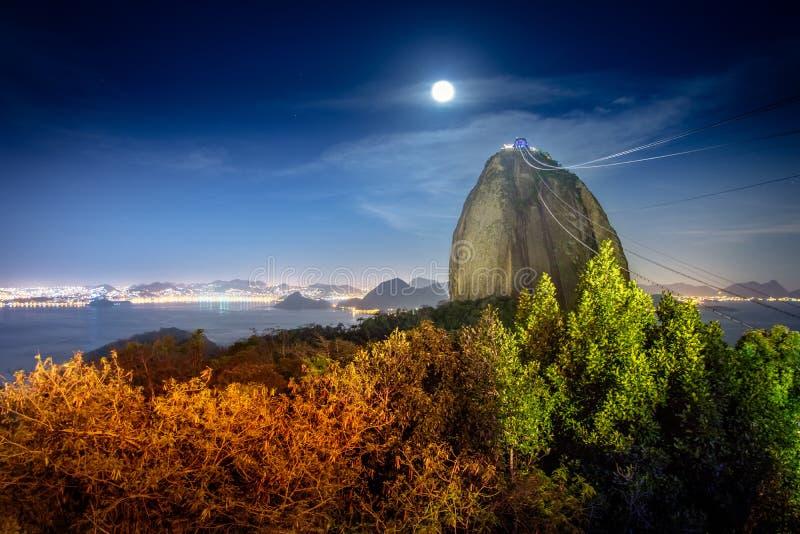 Sugar Loaf Mountain bij nacht met een volle maan - Rio de Janeiro, Brazilië stock foto