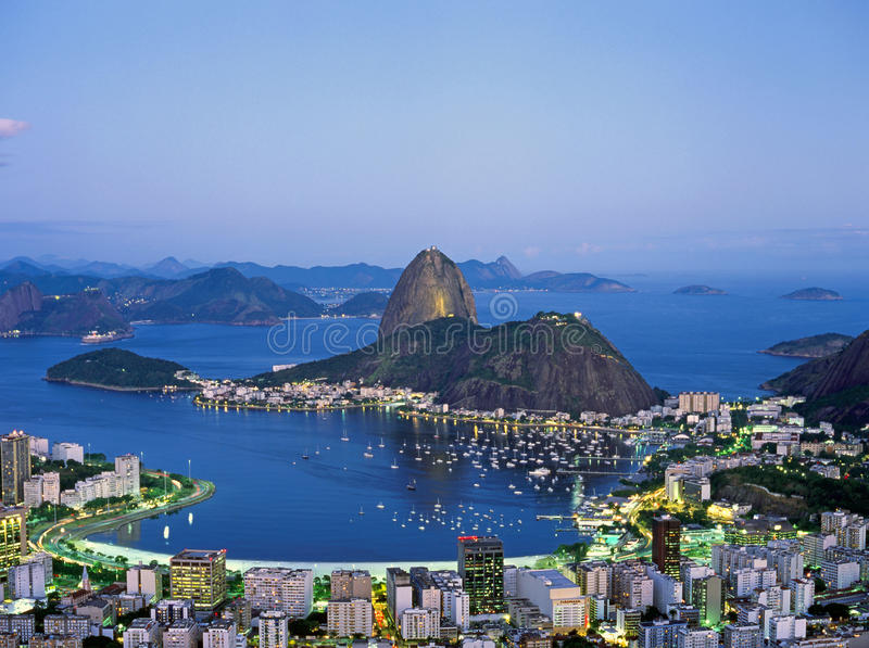 Sugar Loaf Mountain in Rio de Janeiro nachts, Brasilien lizenzfreies stockbild