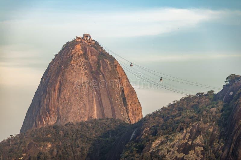 Sugar Loaf och kabelbilar på solnedgången - Rio de Janeiro, Brasilien arkivfoton
