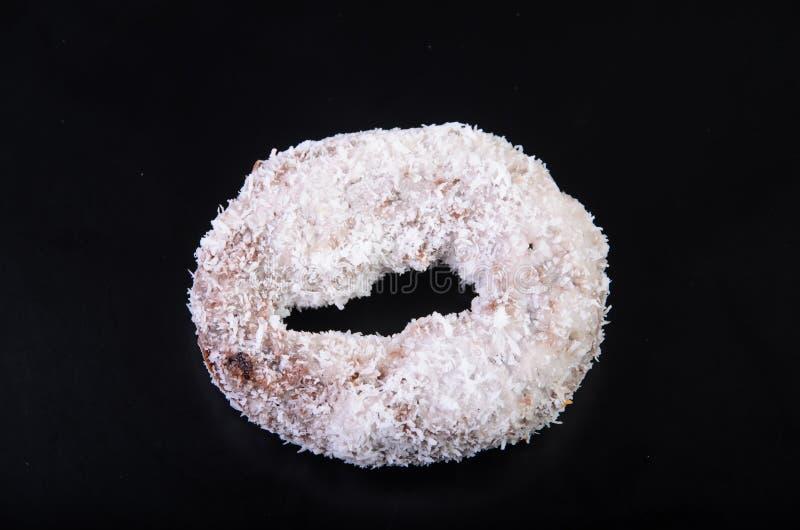 Sugar Ring Donut sur un fond noir image stock