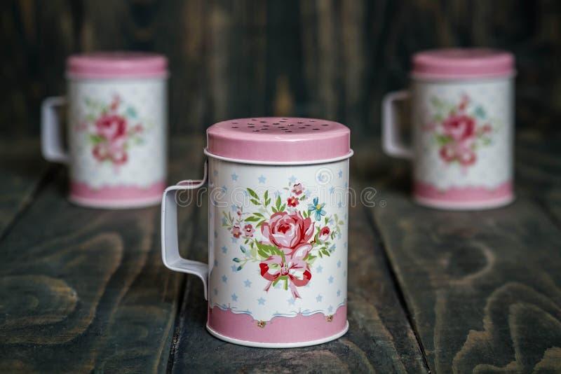 Sugar Shaker pulverizado metal com teste padrão floral fotografia de stock