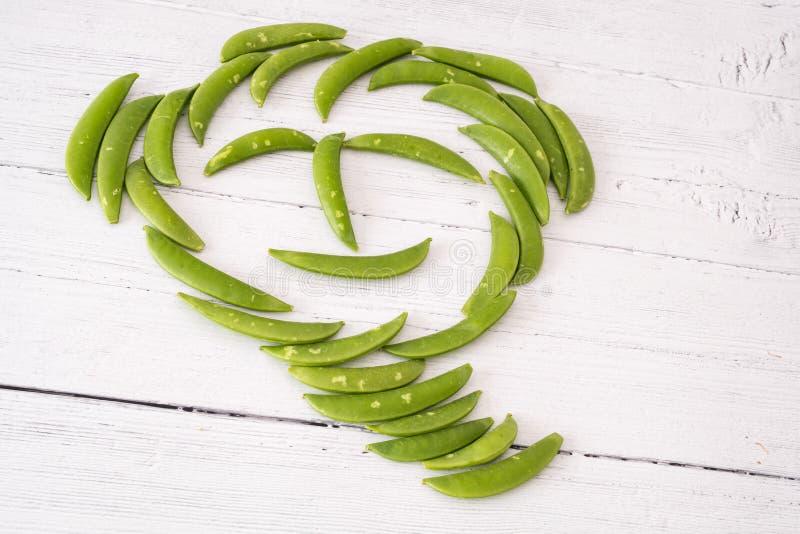 Sugar Snap Peas dans un visage drôle un de vos cinq un jour dans la consommation saine photo stock