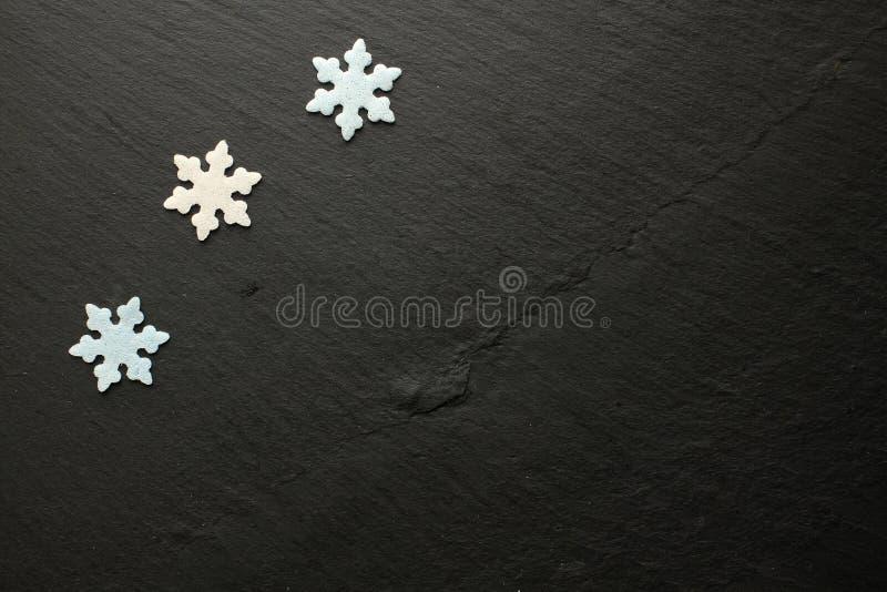 Sugar Snowflakes dans blanc et bleu sur le fond noir photographie stock