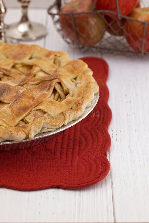 Sugar Sprinkled Homemade Apple Pie isolou-se em uma tabela de madeira branca foto de stock