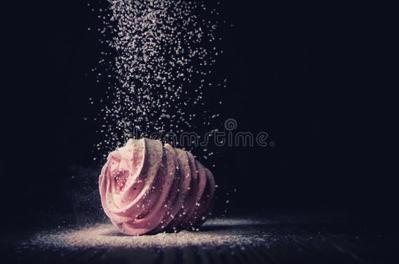 Sugarloaf spada na marshmallows na ciemnym tle, makro- obrazy royalty free