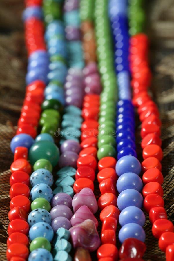 sugrör för stenar för halsband för bakgrundsfärgsmycken royaltyfri fotografi