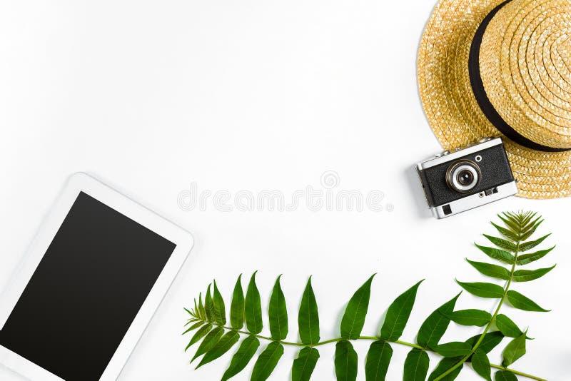 Sugrörhatt med gröna sidor, minnestavlan och den gamla kameran på vit bakgrund, sommarbakgrund Top beskådar arkivbild