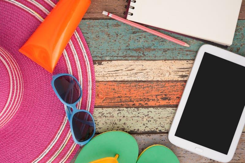 Sugrörhatt, Sunscreen, häftklammermatare, minnestavla och solglasögon på wood bakgrund Sommarferie tillbaka arkivfoton