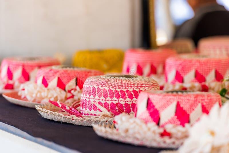 Sugrörhattar som är till salu i en tropisk souvenir, shoppar i Aitutaki, kocken Islands utomhus skjutit selektivt f?r fokus fotografering för bildbyråer